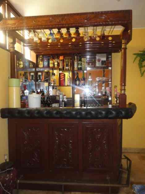 Remato bar de cedro tallado con griferia y estante de for Muebles para bar modernos