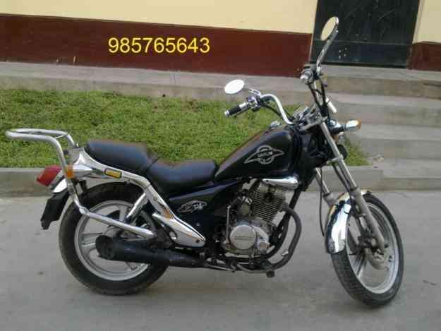 Foto Leonart bobber 125, imagen lado moto, custom