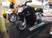 Vendo moto bmw a escala de aprox 20 cm con base nueva